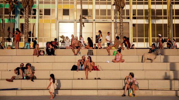 Люди на пляже в Тель-Авиве, 16 мая 2020