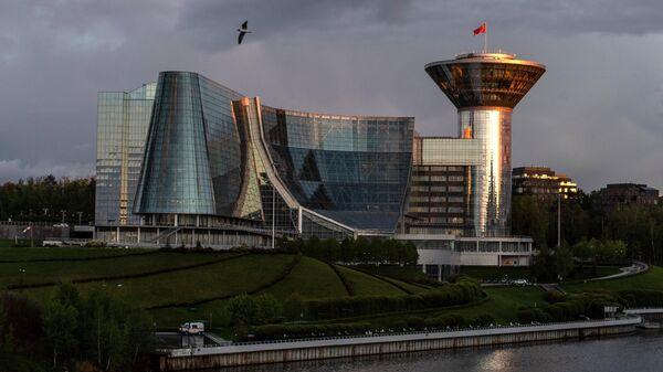 Здание Дома правительства Московской области в Мякининской пойме на берегу Москвы-реки в Красногорске