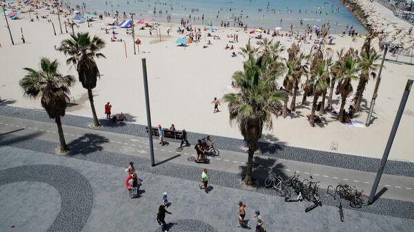 Люди на пляже в Тель-Авиве