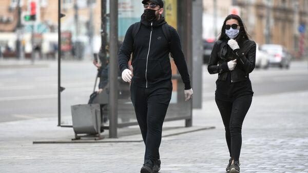 Молодые люди в защитных масках на Комсомольской площади в Москве