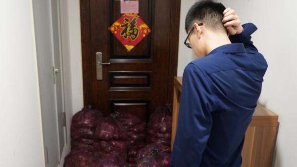 Житель китайской провинции Шаньдун, который получил тонну лука от бывшей девушки