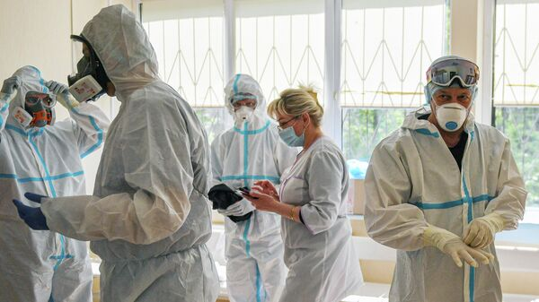 Врачи надевают костюмы в зеленой зоне Университетской клинической больницы №2 Первого МГМУ им. И. М. Сеченова