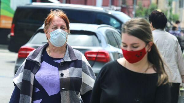Горожане в защитных масках на одной из улиц Пятигорска