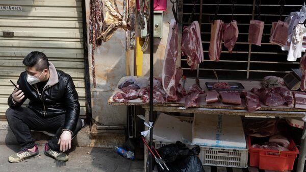 Продавец на рынке в Ухане, КНР