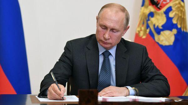 Президент России Владимир Путин во время встречи в режиме видеоконференции с президентом Республики Татарстан Рустамом Миннихановым