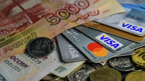 Денежные купюры, монеты и кредитные карты