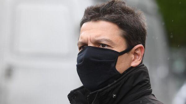 Денис Евдокимов, обвиняемый в крушении самолета в Шереметьево, перед зданием Химкинского городского суда