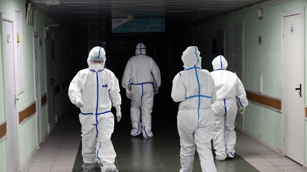 Медицинские работники в красной зоне госпиталя COVID-19 городской клинической больницы № 15 имени О. М. Филатова в Москве