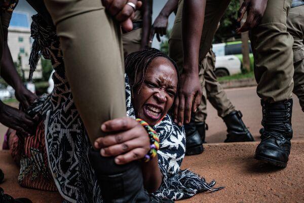 Угандийская активистка Стелла Ньянзи во время задержания в Кампале