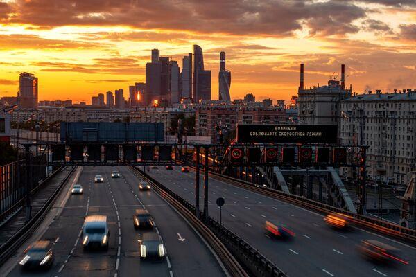 Автомобили движутся на Третьем транспортном кольце в Москве