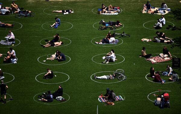 Отдыхающие в парке Домино в Бруклине, США