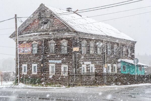 Старинный дом во время снегопада в деревне Педасельга в Прионежском районе Карелии