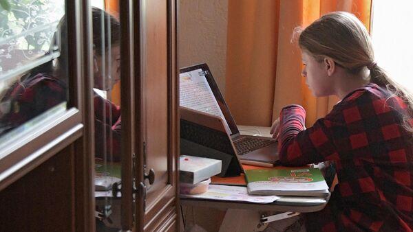 Девочка во время онлайн занятия у себя дома в Москве
