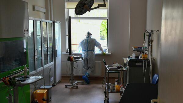 Медицинский работник в одном из отделений госпиталя COVID-19 в Центре мозга и нейротехнологий ФМБА России