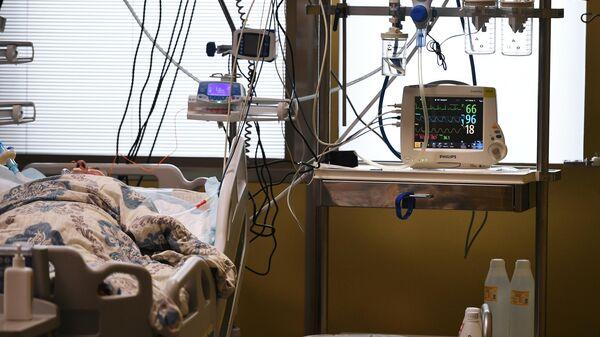 Пациент в палате интенсивной терапии в одном из отделений госпиталя COVID-19 в Центре мозга и нейротехнологий ФМБА России