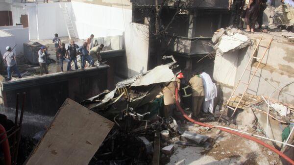 Разбор завалов и тушение пожара на месте крушения пассажирского самолета Airbus A-320 авиакомпании Pakistan International Airlines (PIA) в Карачи