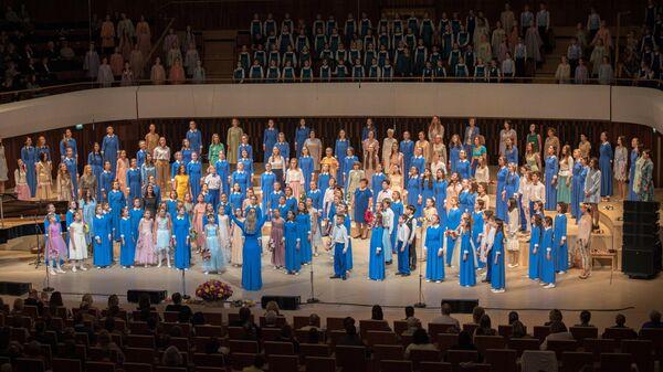 Хор Весна и его выпускники поют песню По зеленым холмам океана в концертном зале Зарядье 18 января 2019 года