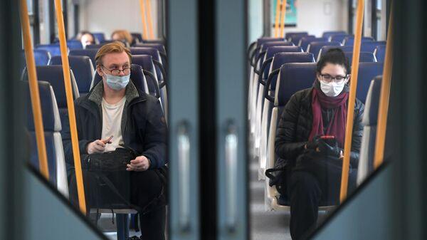 Пассажиры в поезде Московских центральных диаметров