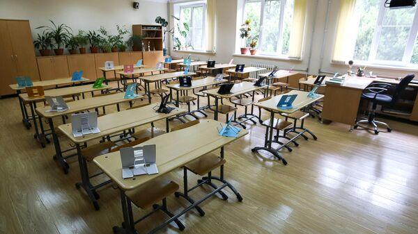 Пустой учебный класс средней школы № 12 в Пятигорске