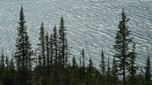 Ойское озеро на высоте 1550 метров над уровнем моря в природном парке Ергаки в горах Западного Саяна в Красноярском крае