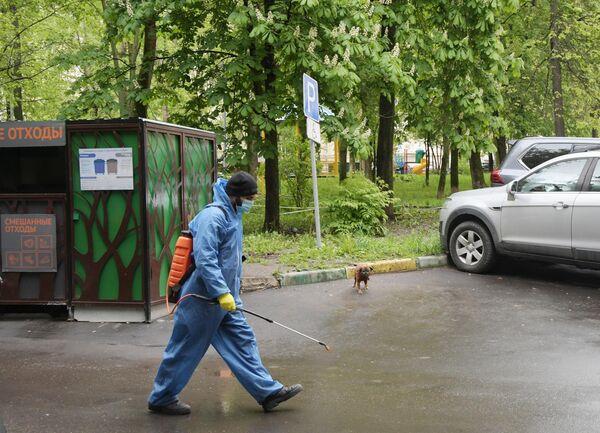 Сотрудник городской службы после проведения дезинфекции подъезда жилого дома на Ленинском проспекте