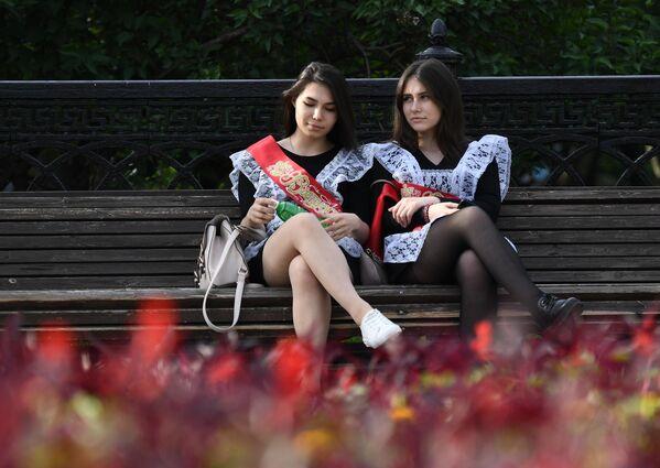 Выпускницы на лавочке на одной из улиц в Новосибирске
