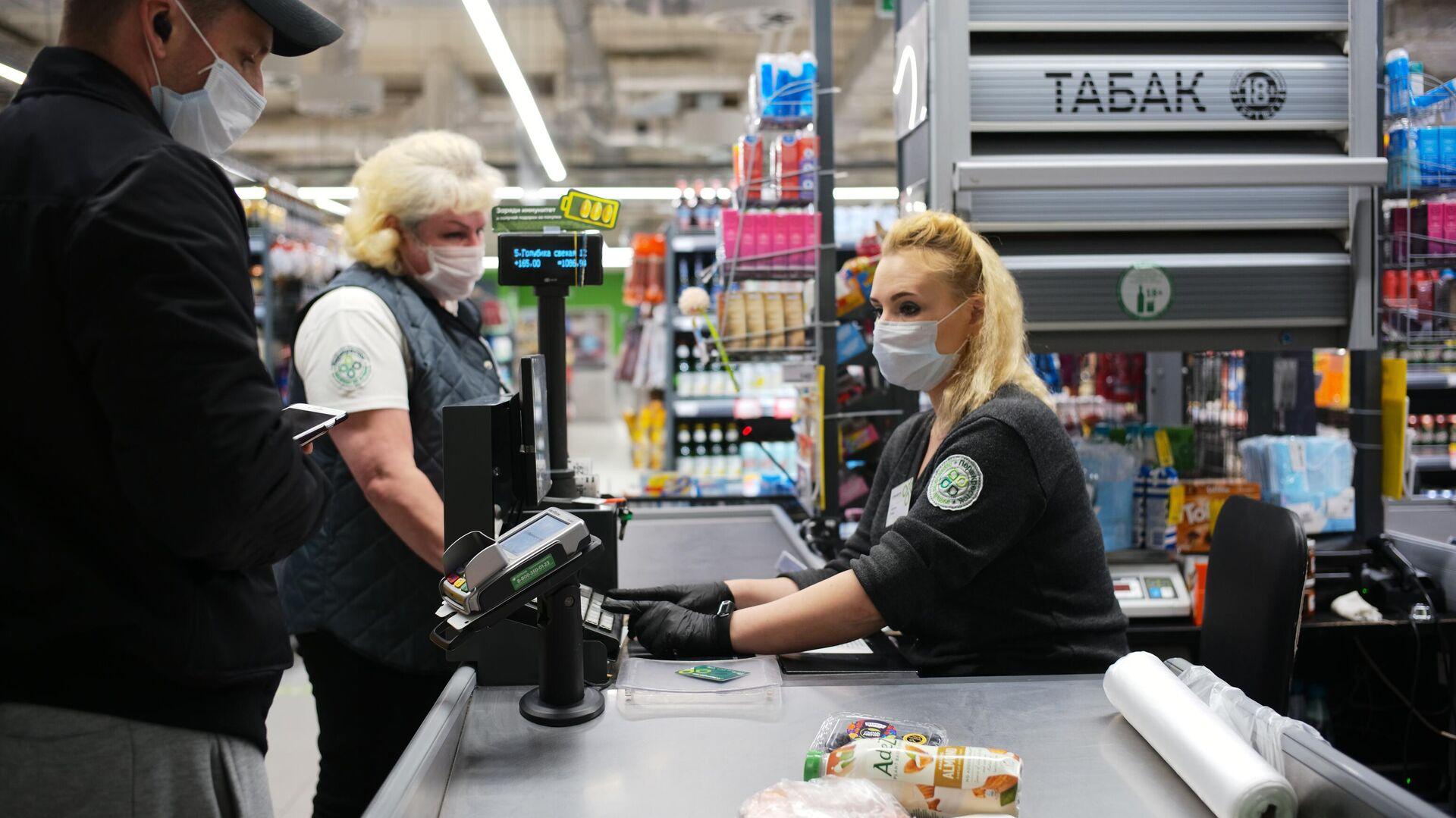 Покупатель оплачивает покупки на кассе в супермаркете Перекресток - РИА Новости, 1920, 24.09.2020