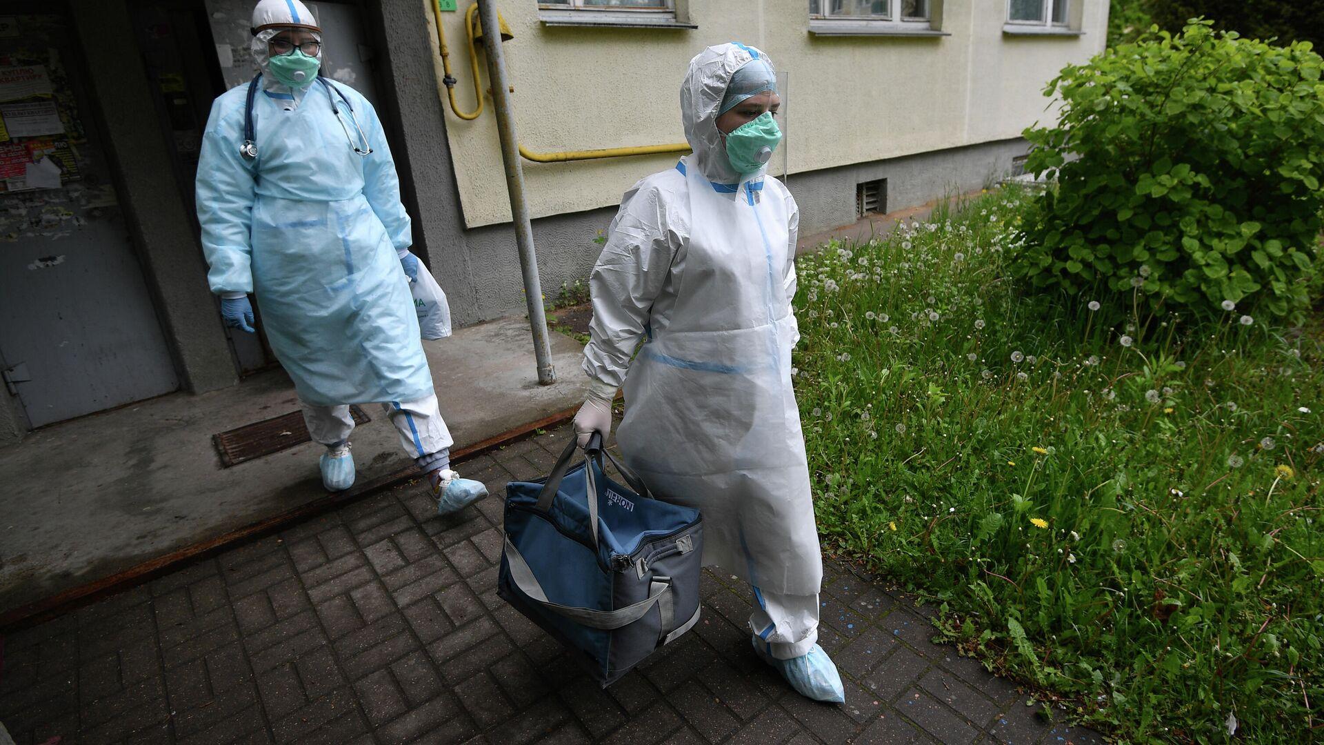 Медицинские работники во время визита к пациентам, контактировавшим с заболевшими коронавирусом, в Минске - РИА Новости, 1920, 04.08.2020