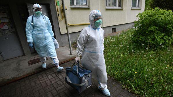 Медицинские работники во время визита к пациентам, контактировавшим с заболевшими коронавирусом, в Минске