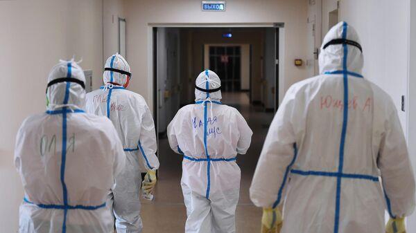 Медицинские работники в одном из отделений госпиталя COVID-19 в Центре мозга и нейротехнологий ФМБА России в Москве