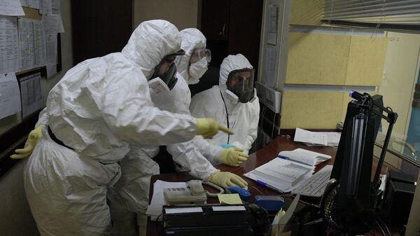 Медицинские работники в госпитале COVID-19 в больнице No 122 имени Л. Г. Соколова в Санкт-Петербурге