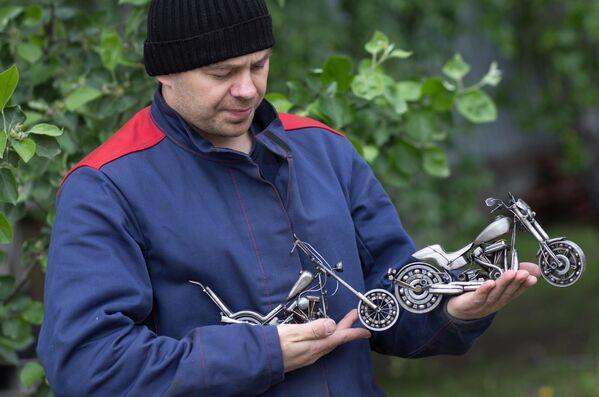 Мастер Станислав Черновасиленко демонстрирует миниатюрные копии моделей мотоцикла Harley-Davidson Easy Rider Captain America и Harley-Davidson FXDR 450