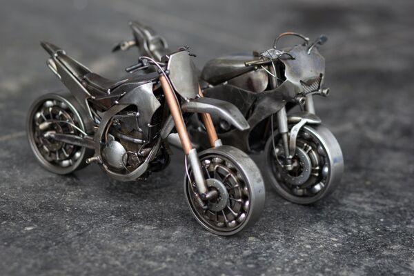 Миниатюрные копии модели мотоциклов Yamaha YZ 450 и Yamaha R1