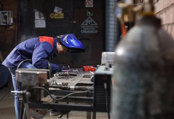 Мастер Станислав Черновасиленко выполняет сварочные работы во время изготовления миниатюрной копии мотоцикла
