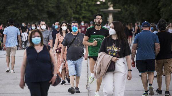 Люди в парке дель Ретиро в Мадриде