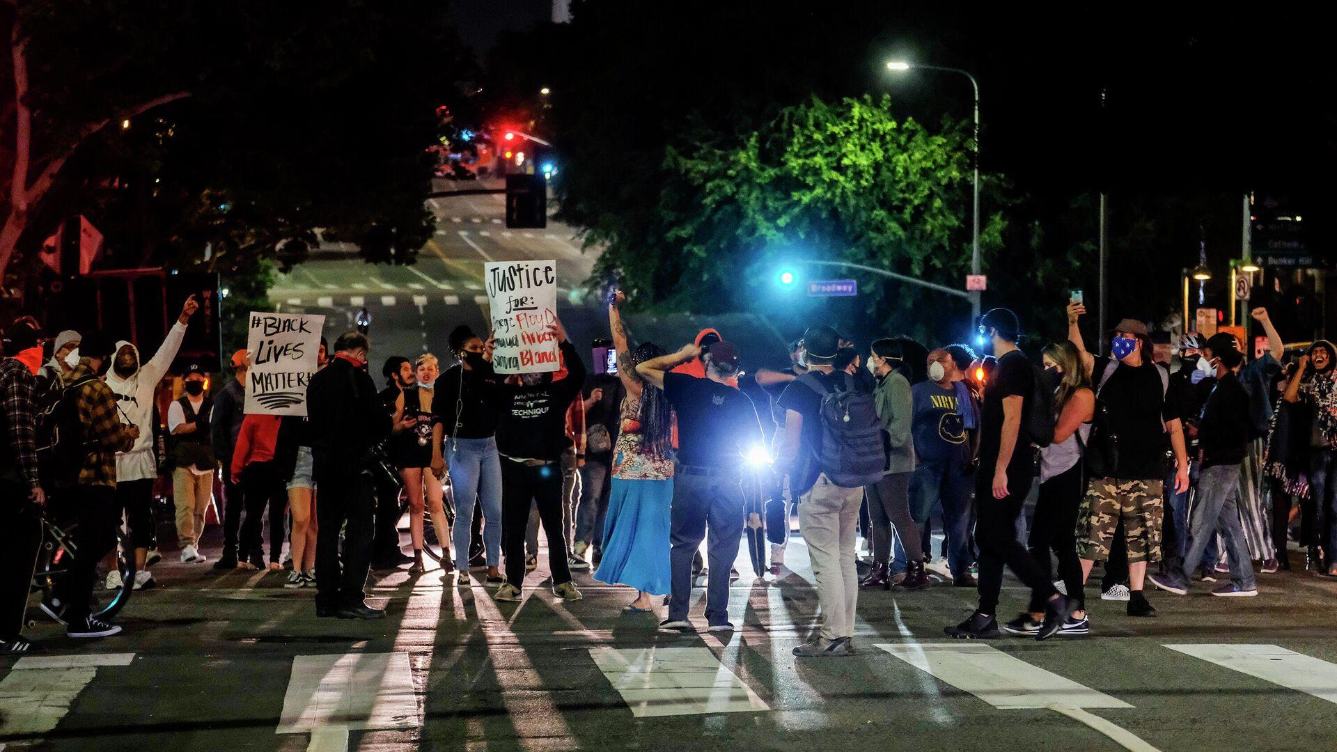 Демонстранты блокируют движение во время акции протеста связанной со смертью Джорджа Флойда - РИА Новости, 1920, 25.09.2020