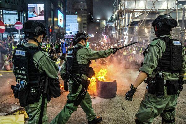 Полиция во время акции протеста в Гонконге