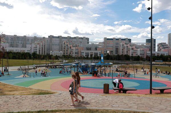 Отдыхающие на территории парка Ходынское поле в Москве