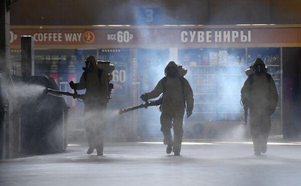 Сотрудники МЧС РФ проводят дезинфекцию помещений Киевского вокзала в Москве в рамках мер по профилактике коронавирусной инфекции
