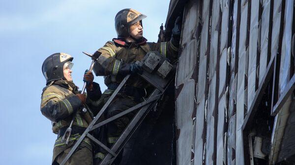 Пожарные на крыше бизнес-центре Парус в Тюмени, где произошло возгорание