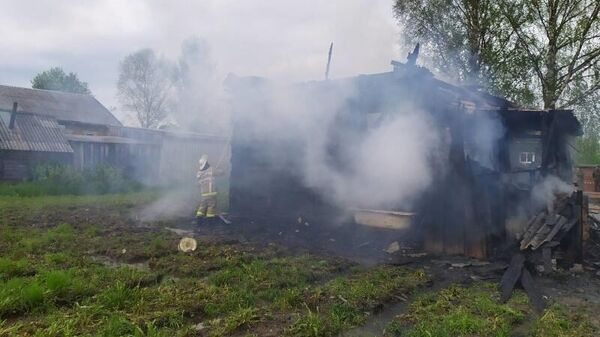 Сотрудники МЧС во время ликвидации пожара в Вохомском районе Костромской области