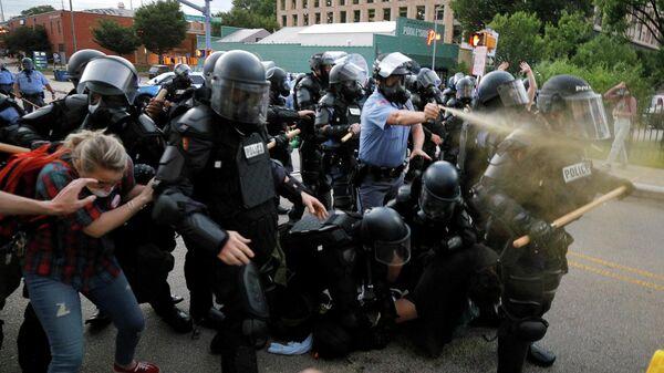 Сотрудники полиции применяют слезоточивый газ во время акции протеста в городе Роли, Северная Каролина, США