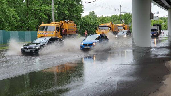Устранение последствий подтоплений на улицах столицы аварийными бригадами Мосводостока