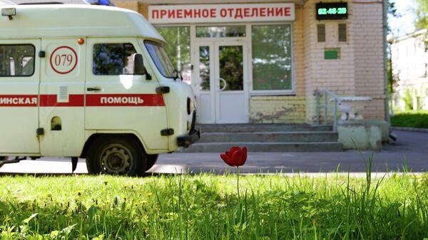 Машина скорой помощи возле приемного отделения госпиталя для зараженных коронавирусной инфекцией COVID-19 в Твери