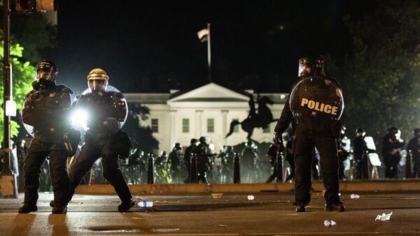 Сотрудники полиции во время акции протеста в Вашингтоне, США