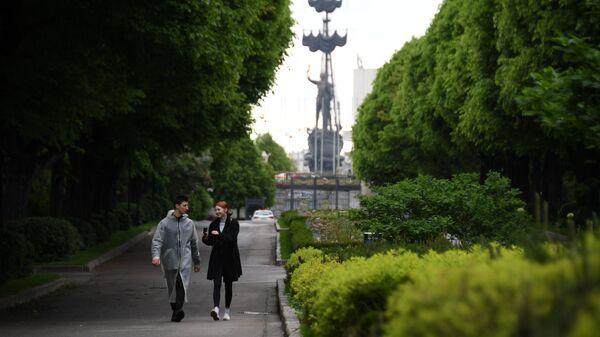 Горожане гуляют в Центральном парке культуры и отдыха имени Горького