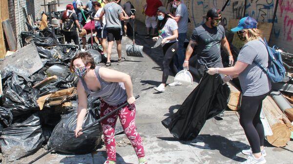 Жители Миннеаполиса вышли на уборку на улицу Лейк-стрит