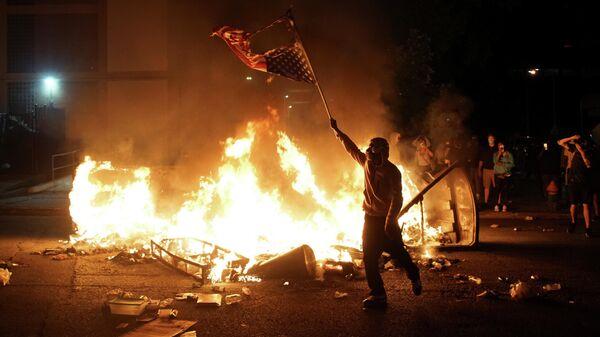 Во время акции протеста против гибели в Миннеаполисе Джорджа Флойда, Сент-Луис