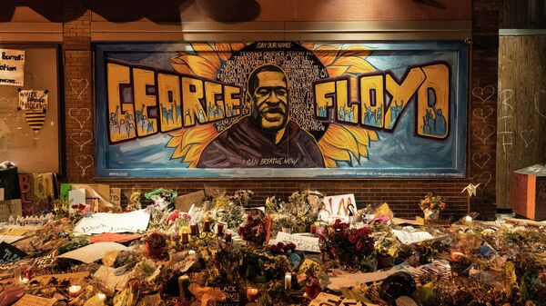 Цветы и свечи на месте убийства афроамериканца Джорджа Флойда в Миннеаполисе