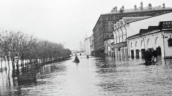 Бульвар в Москве затоплен водой. Наводнение 1908 года